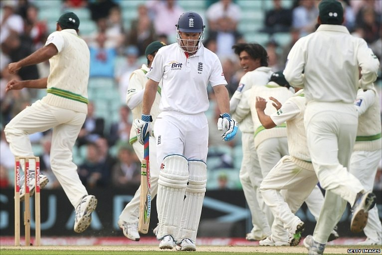 Strauss is out in the 2nd innings at the Oval