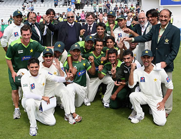 Pakistan-team-celebrating-at-Headingley with the great Ijaz Butt in glasses at the back